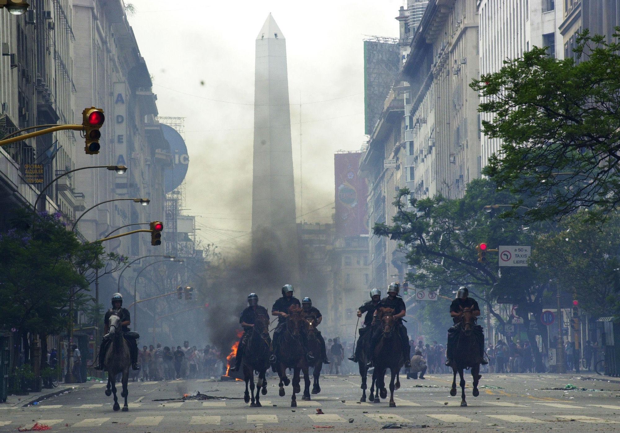 ¿Cuándo se produjo una crisis financiera y política muy importante que afectó la economía de la mayor parte de los argentinos?