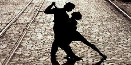 ¿A qué lugar va la gente a bailar tango?