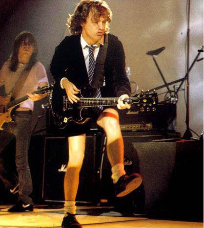 ¿A qué se debe la vestimenta del guitarrista Angus Young?