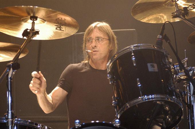 ¿A qué se debe que el batería del grupo Phil Rudd dejase el grupo?