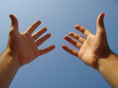 ¿Ser guapo y que las manos te huelan siempre mal o ser feo?