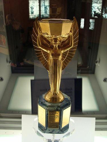 ¿Comó se llamó el anterior trofeo que se entregaba al equipo campeón del mundo?
