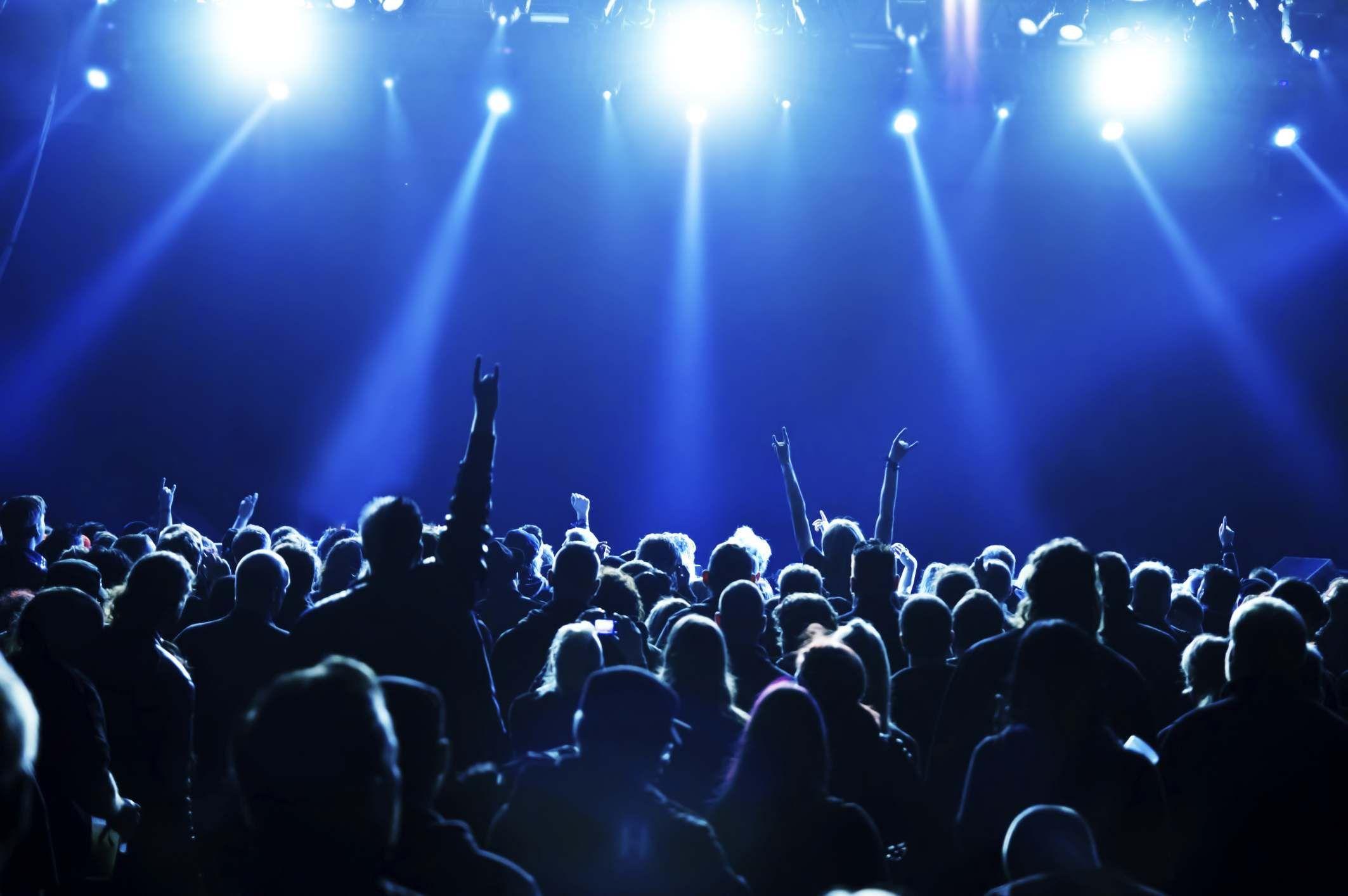 Un amigo te dice de ir a un concierto de uno de sus grupos musicales favoritos este finde ¿Qué le contestas?