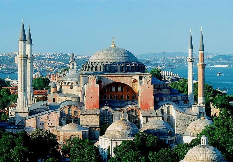 ¿Quiénes fueron los arquitectos de la iglesia de Santa Sofía de Constantinopla?