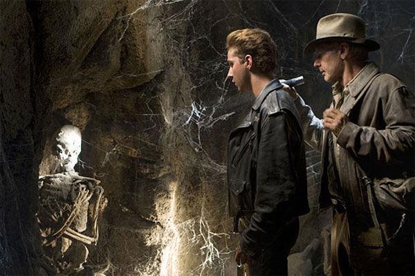 ¿A quién encuentran en una tumba Indy y su hijo en Perú?