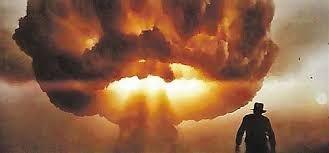 ¿Dónde se esconde Indy cuando explota el pueblo destinado a pruebas nucleares?