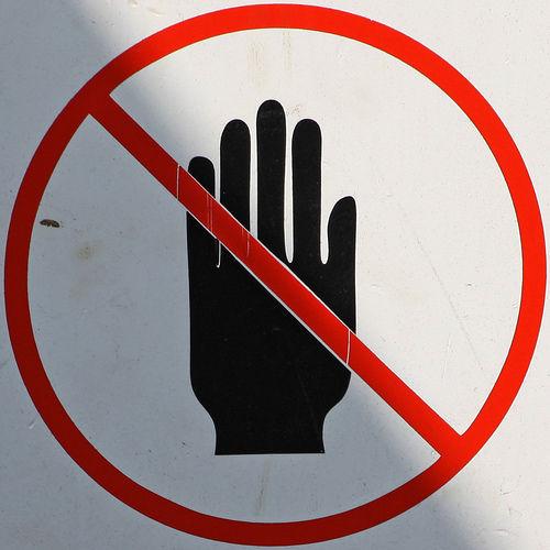 ¿No tener manos o tener a un gordo desnudo que te siga a todas partes?