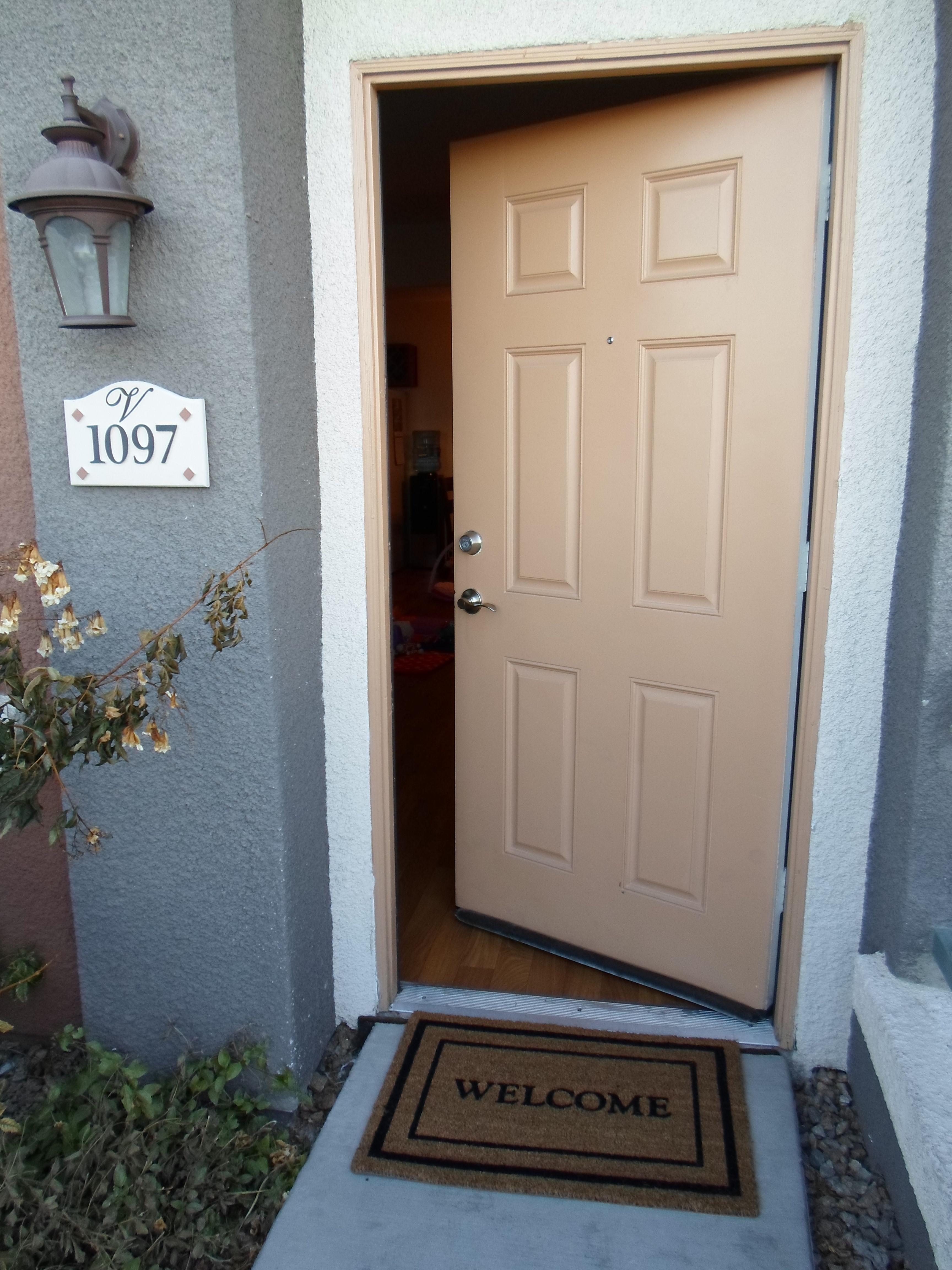 Llegas a tu casa y te encuentras con la puerta entreabierta. Aparentemente no hay nadie dentro.