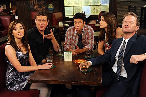 Estás con tus amigos, en tu bar habitual, y ves al tío/a más guapo/a que has visto y verás. ¿Qué haces?