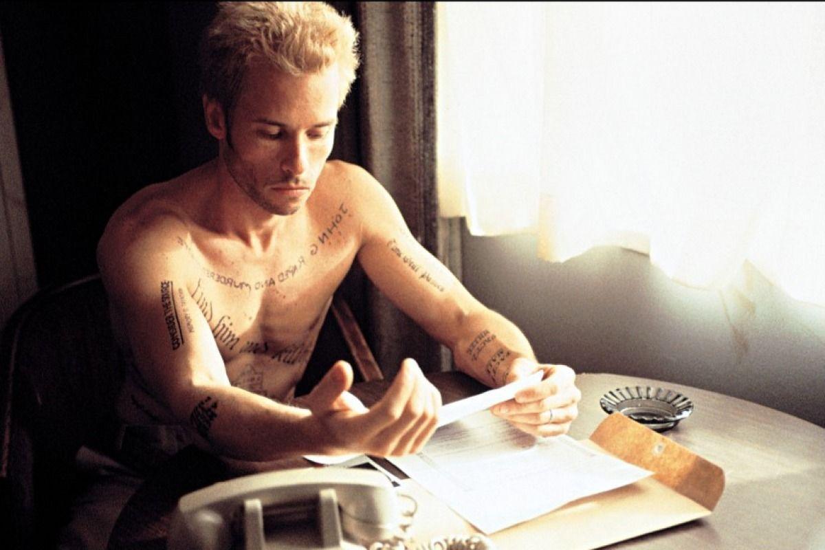 En Memento, ¿por qué Leonard tiene tantos tatuajes?