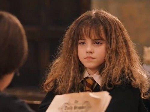 ¿En la 1ª película por qué Hermione se va llorando sola al baño de chicas?