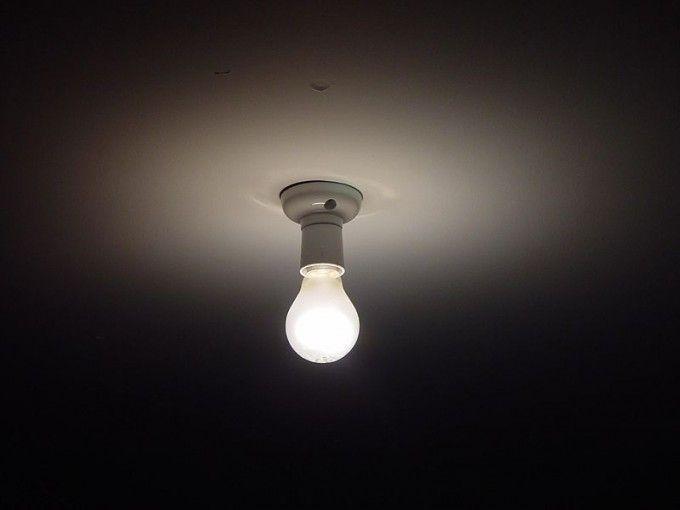 Te metes en la cama. Se queda la luz encendida.