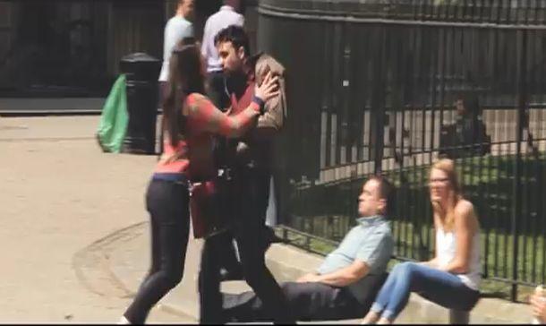 Vas paseando por la calle y ves a un chico discutir con su novia. El chico le da un manotazo en la cara y la tira al suelo.
