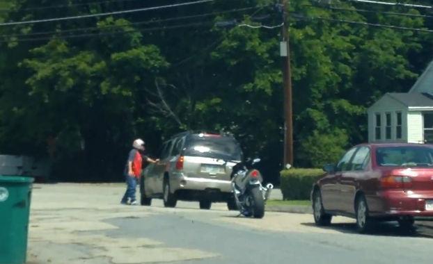 Vas conduciendo cuando un motorista te adelanta haciendo que casi le atropelles
