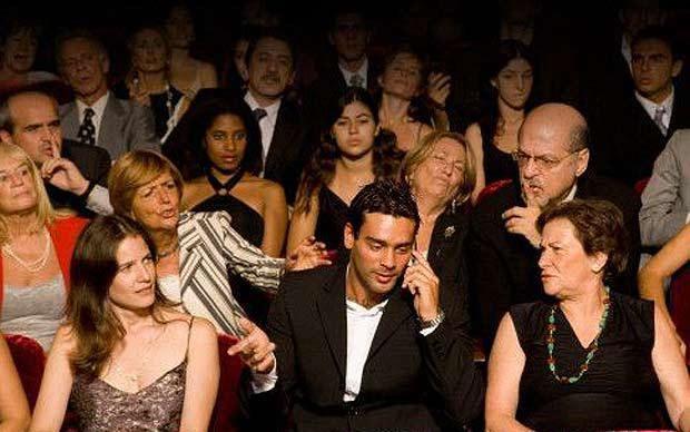 Estás en el cine y un grupo de amigos no para de reírse, hablar y molestar...