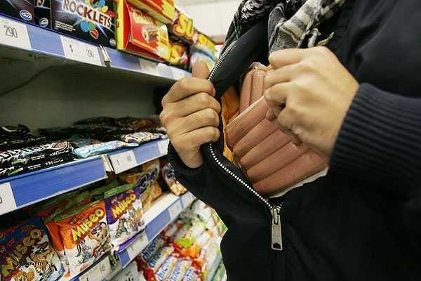 En el supermercado un hombre está robando comida, y tú lo has visto