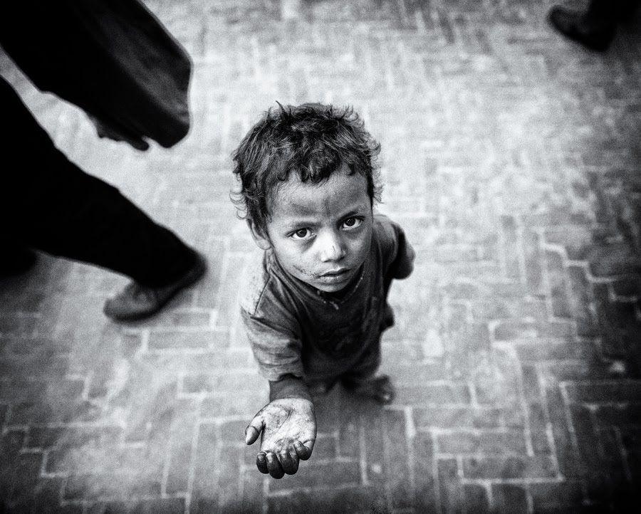 Estás andando por la calle, y ves a un niño pidiendo, con las ropa rota y cara de hambre