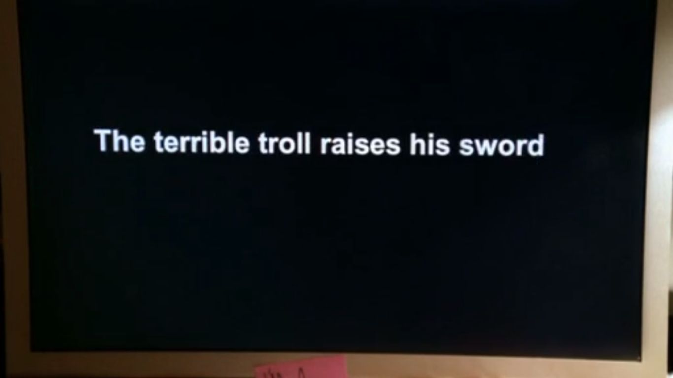El troll terrible eleva su espada