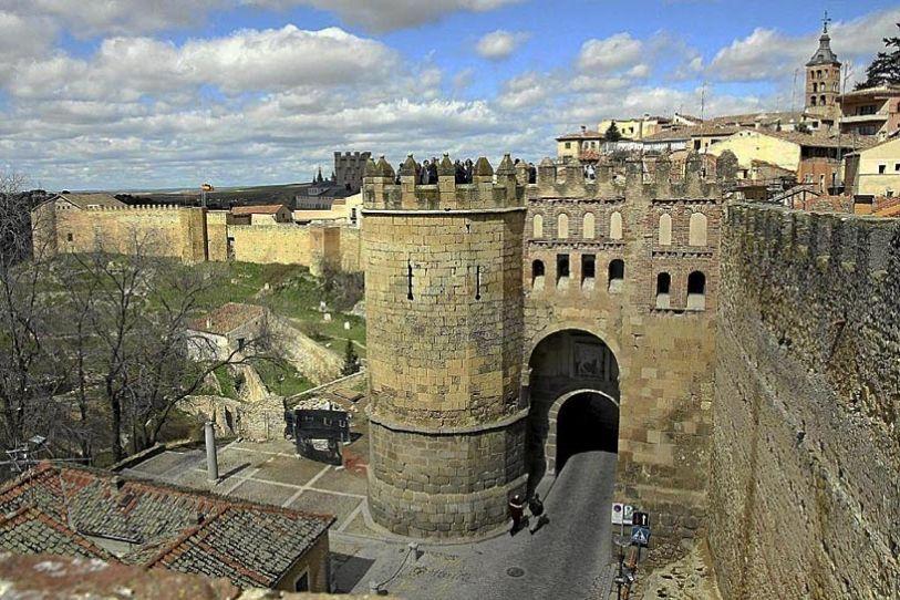 Segovia tiene el lujo de estar entre las tres únicas capitales de España que conservan su muralla. ¿Quiénes forman este trío?
