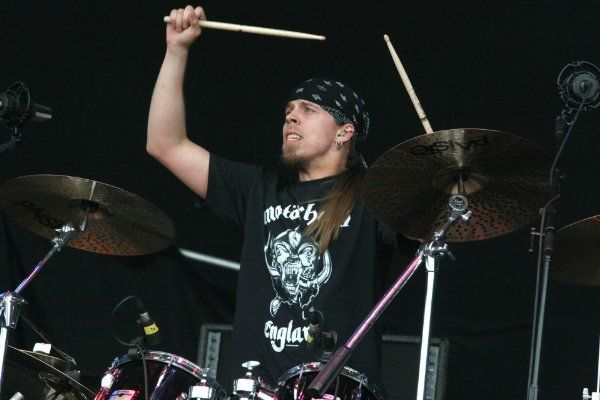 ¿Debido a qué motivo Jukka Nevalainen (batería), tuvo que retirarse de la grabación y tour de éste último disco?