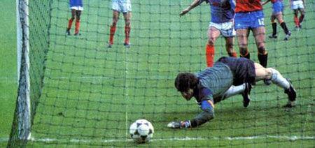 ¿Quién le marcó a Arconada el mítico gol que nos quitó la Eurocopa en 1984?