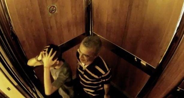 ¿Qué harías si te quedas atrapado en un ascensor con una mujer embarazada?
