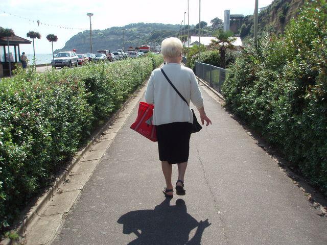 En un acto de altruismo, aceptas ayudar a una anciana con la compra. Al terminar, te da un poco de dinero como agradecimiento.