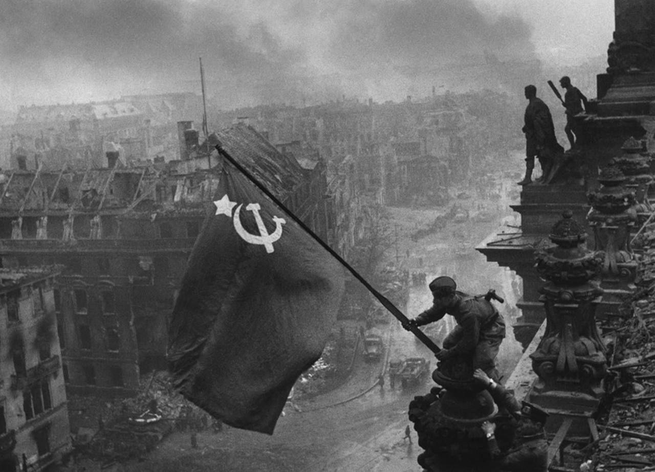 ¿Cuándo fue alzada la bandera roja en el Reichstag de Berlín?