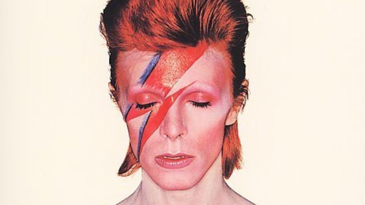 ¿Qué nombre adoptó el alter ego de David Bowie en los años setenta?
