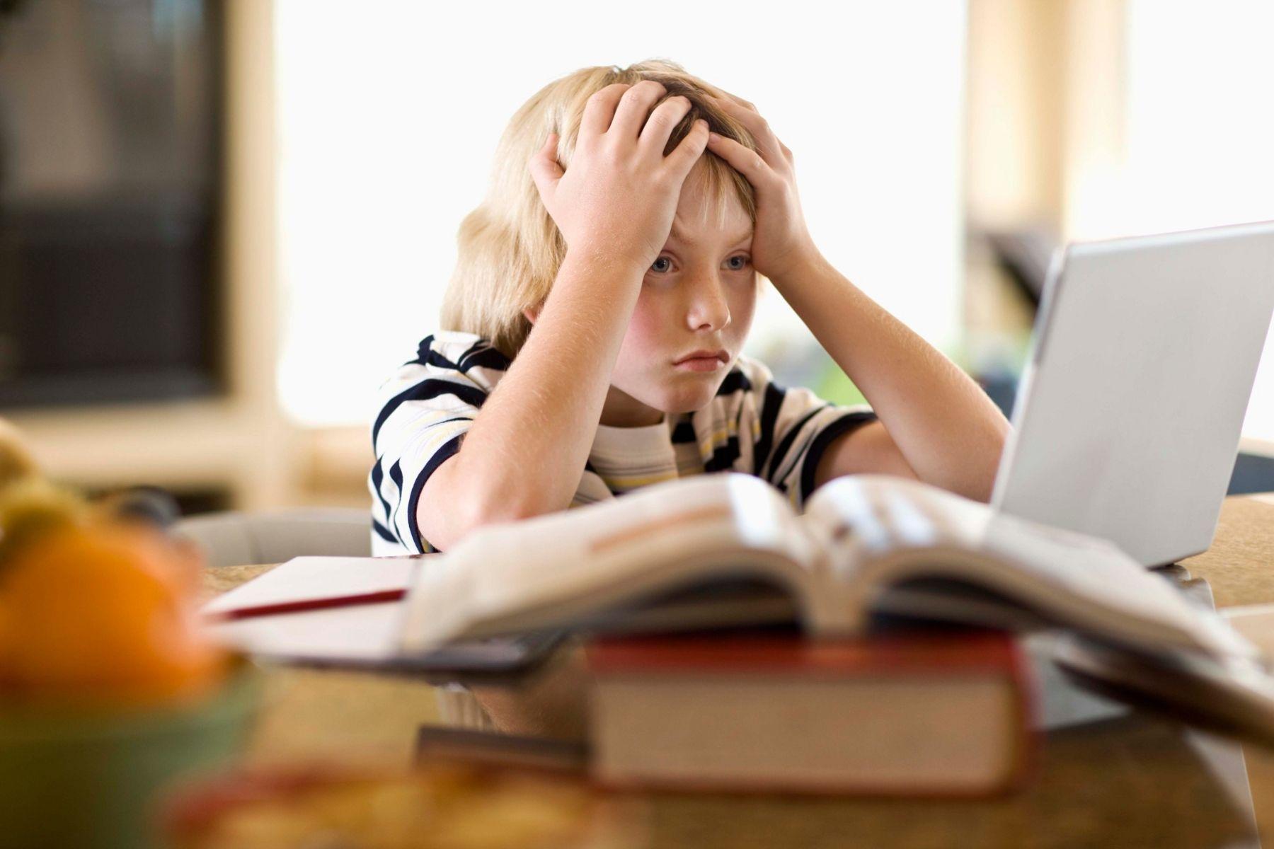 Uno de tus jugadores no viene a entrenar porque tiene que estudiar para un examen del colegio. ¿Qué represalias tomas?