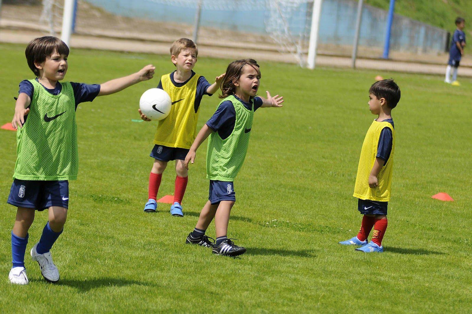 Uno de los niños llora en el entrenamiento porque los demás se rien de él por no saber chutar fuerte.