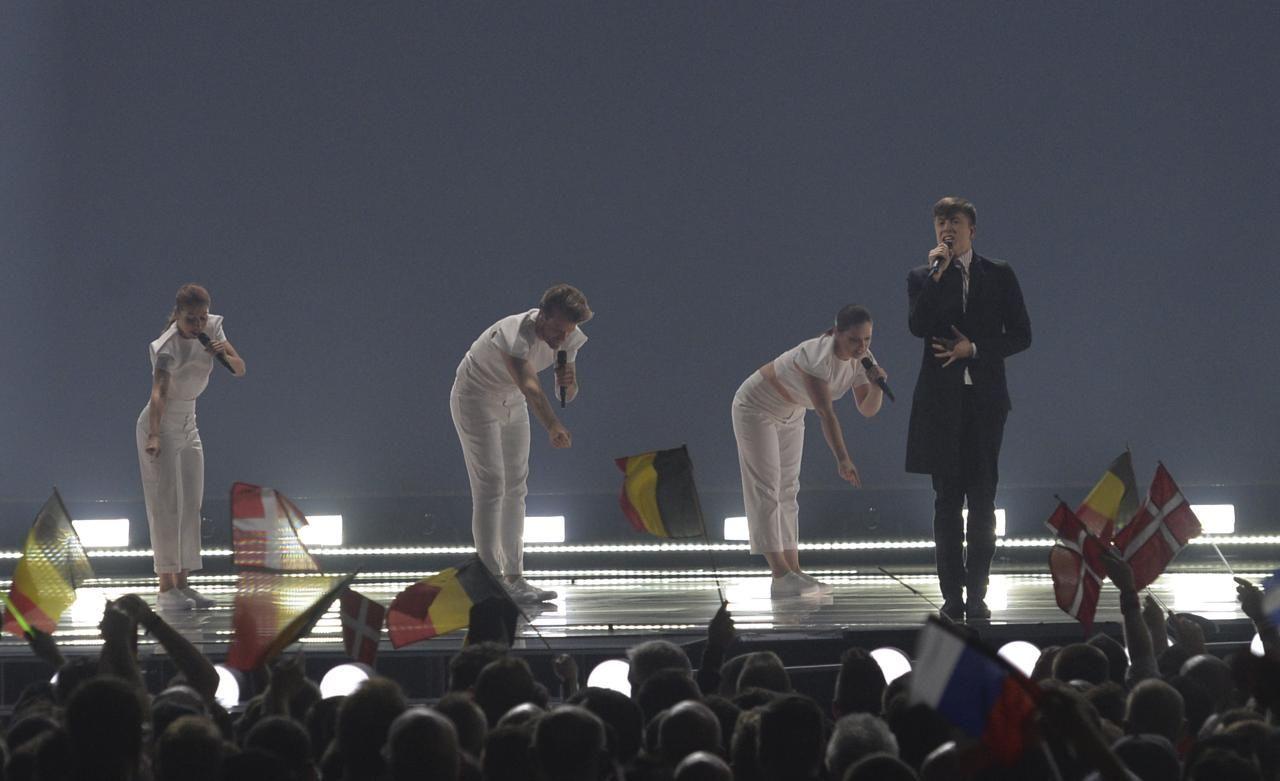 ¿Cuántas personas pueden estar como máximo en el escenario durante una actuación?
