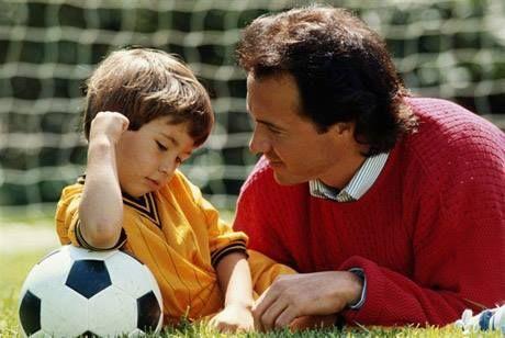 Tu hijo llega de un partido enfadado porque un compañero no le pasa la pelota. ¿Qué le dices?
