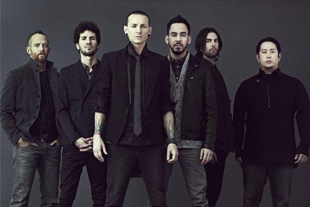 ¿Quién es el único integrante de la banda que canta, toca el piano y la guitarra?