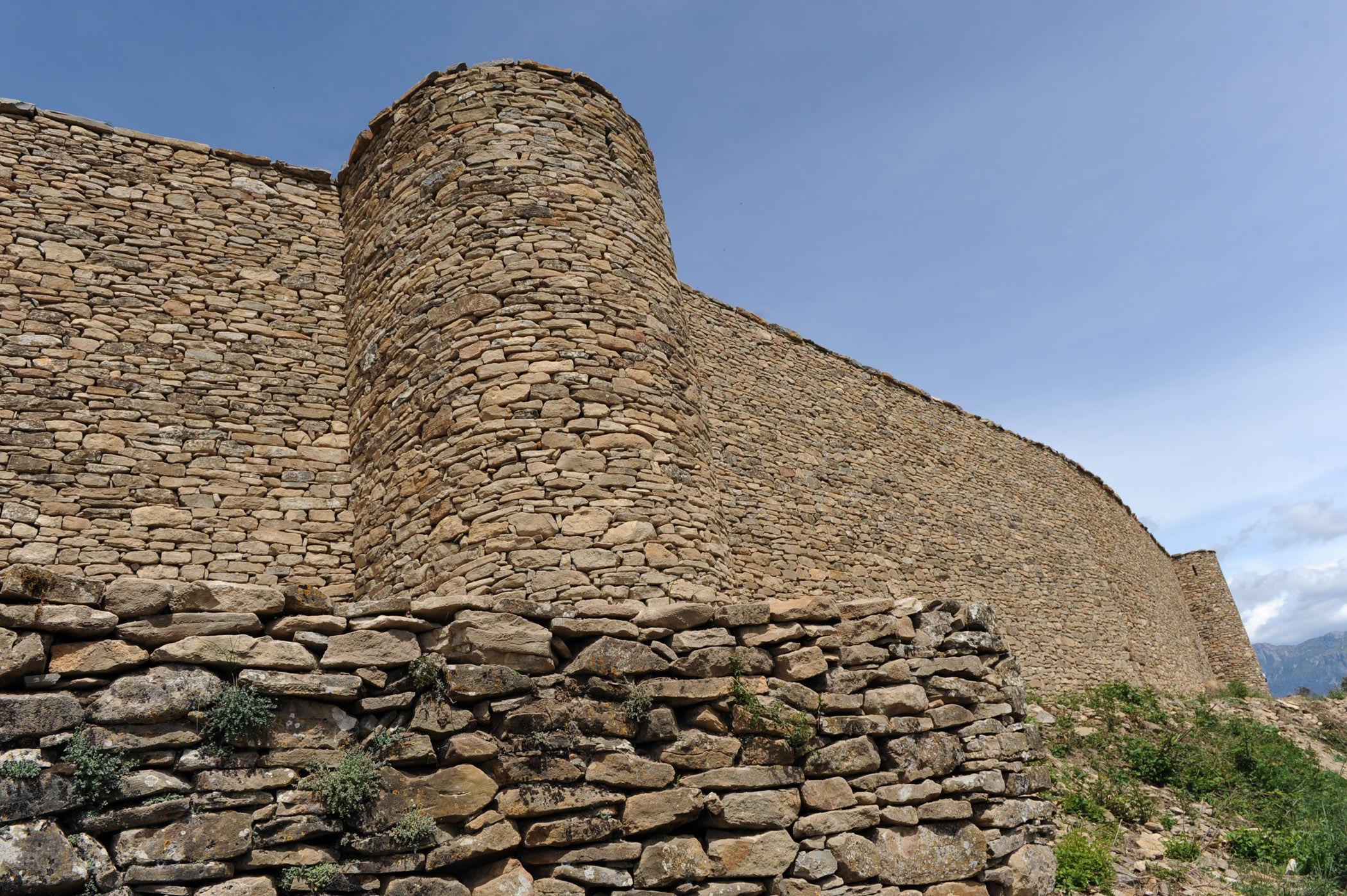 El campo de prácticas está dividido en dos zonas, una dentro del muro que protege la ciudad y otra fuera, pero está asegurada
