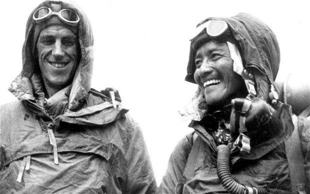 ¿Quiénes fueron los primeros escaladores en hacer cumbre?