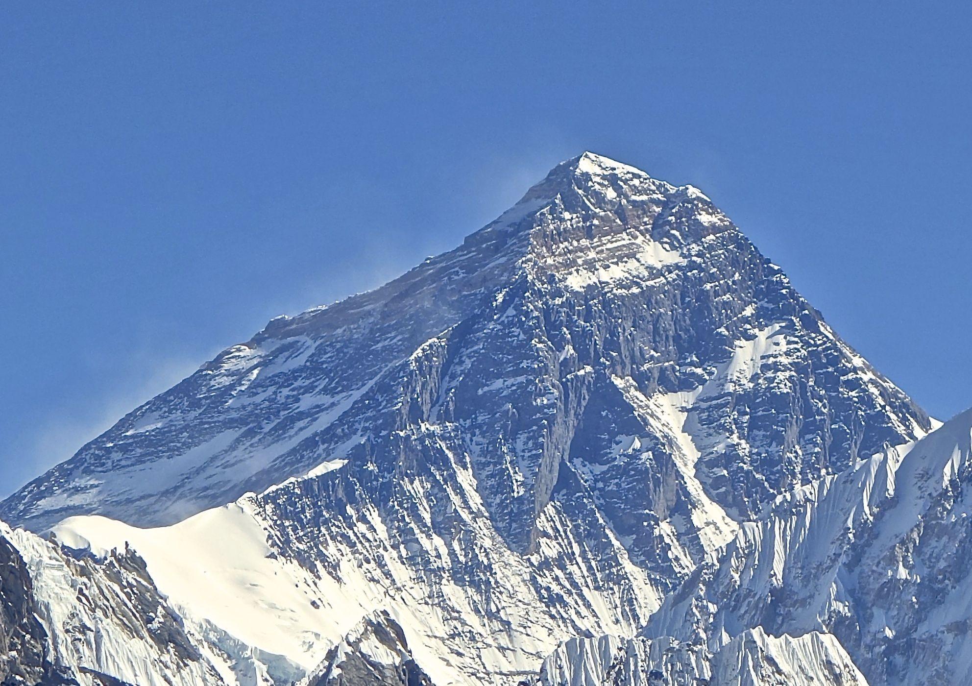 ¿Cuál es la mínima temperatura a que llega el Everest en invierno?