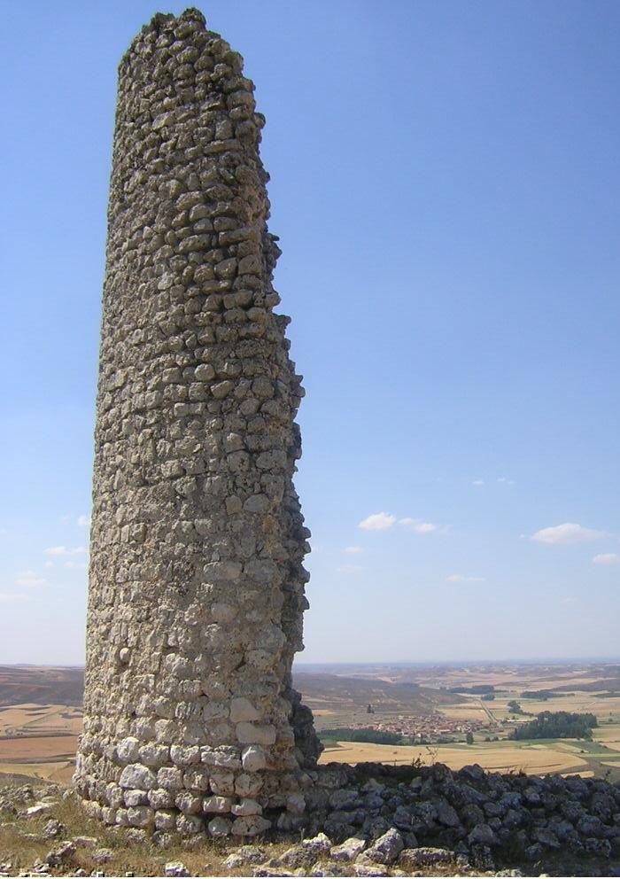 La torre de vigilancia ha caído sobre el muro que protege el campo exterior y ha causado una abertura en este