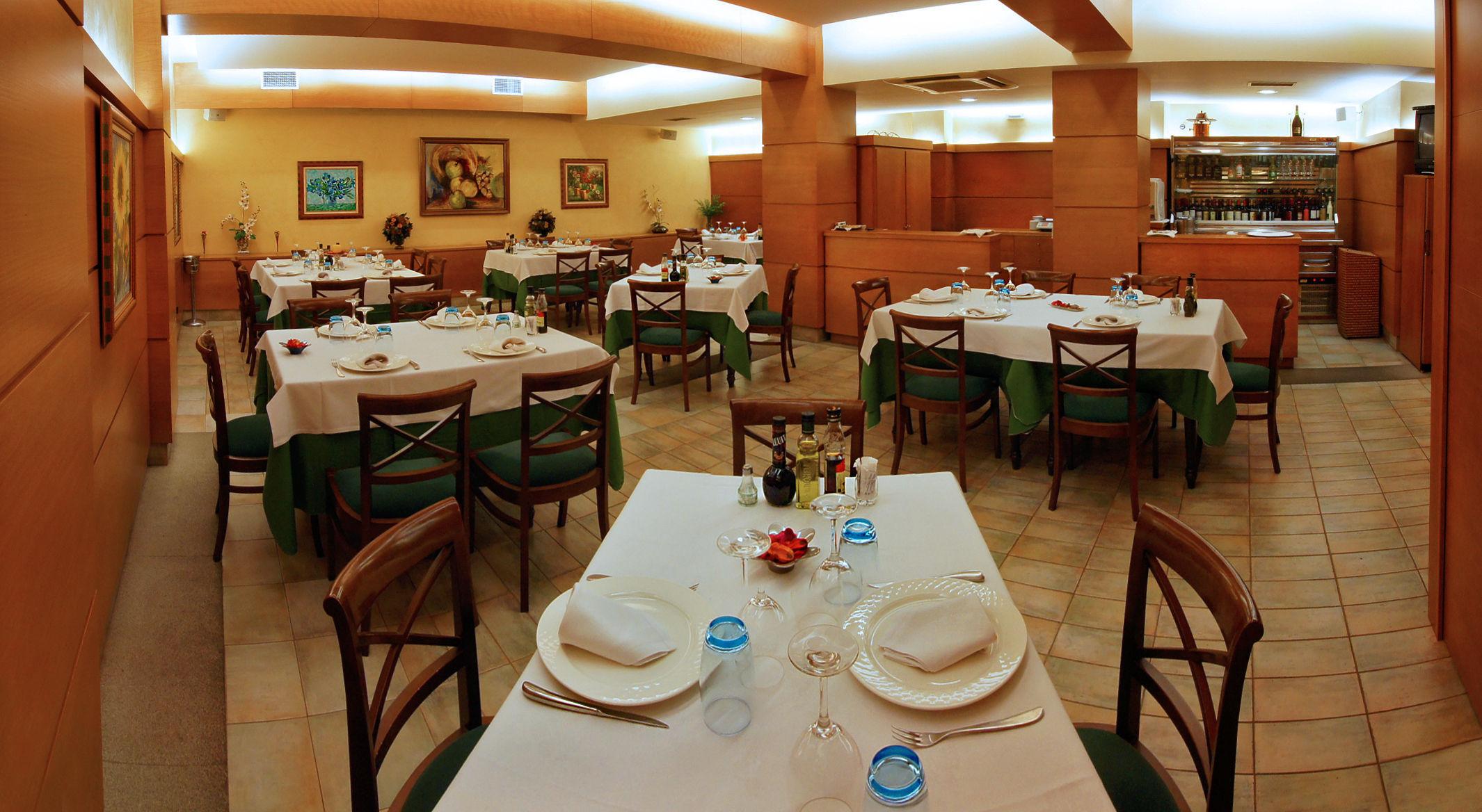 Un/a amigo/a te invita a cenar en un local que no te gusta. ¿Qué piensas hacer?