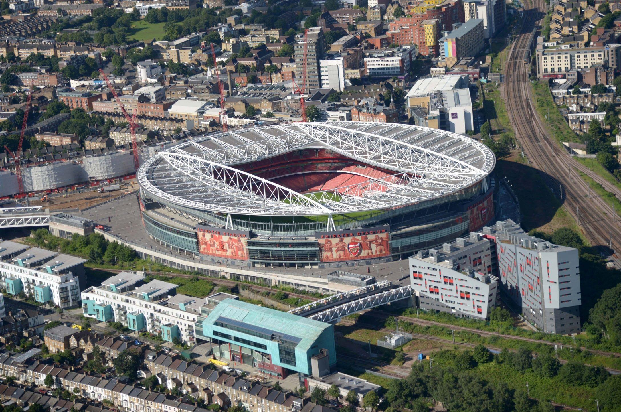 ¿Quién juega en el Emirates Stadium?