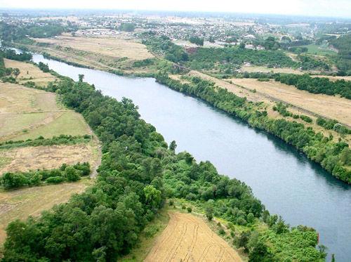 ¿Por qué conocida ciudad pasa el río Guadalquivir?