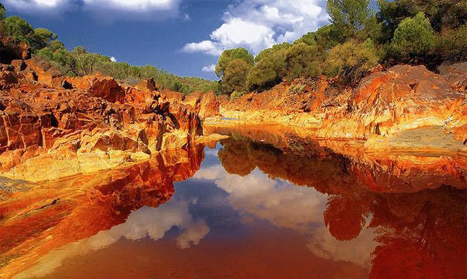 ¿Como se llama el río que sus aguas tienen un color rojizo?