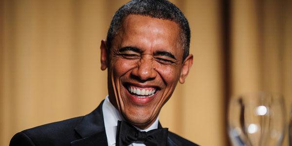 Cuando el fantasma para de llorar se pone muy serio, se quita el disfraz y resulta que es Barack Obama.