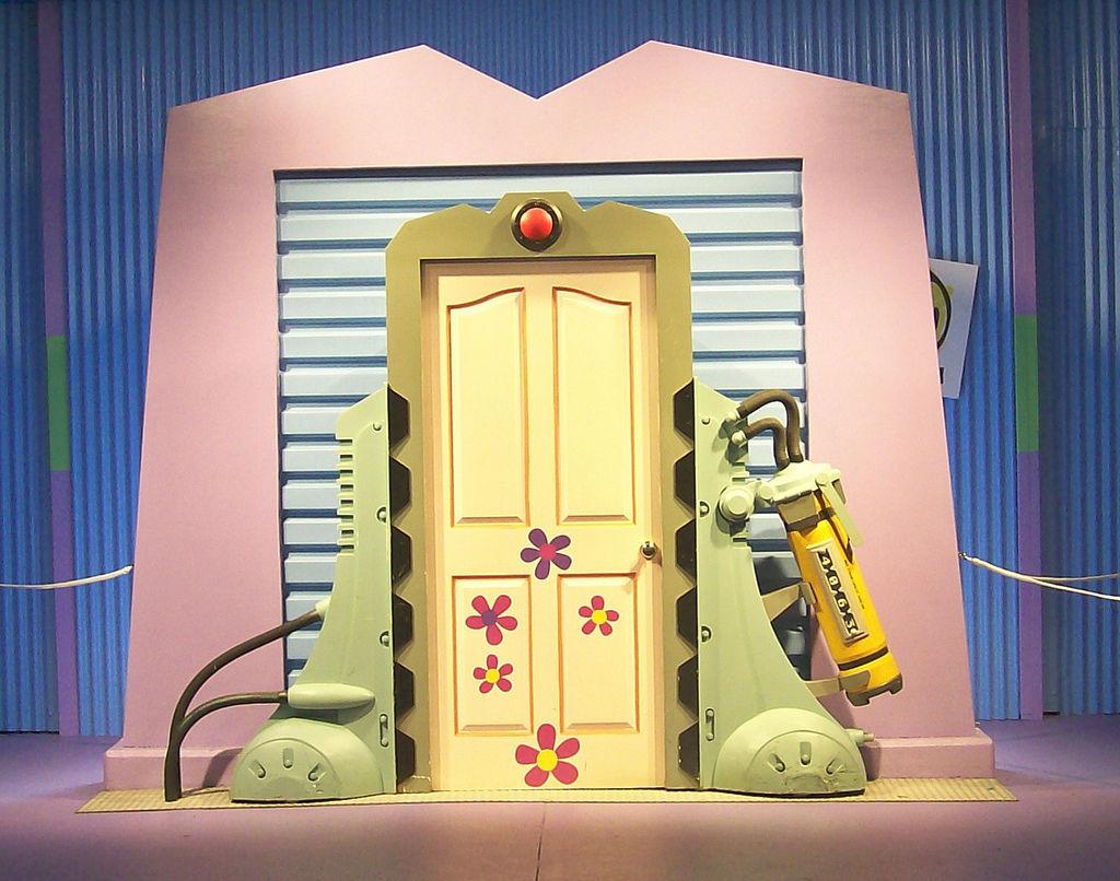 ¿Cómo funcionan las puertas de Monstruos S.A. y Monsters University?