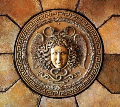 ¿Cómo se llama el legendario escudo o coraza que usan Zeus y Atenea?