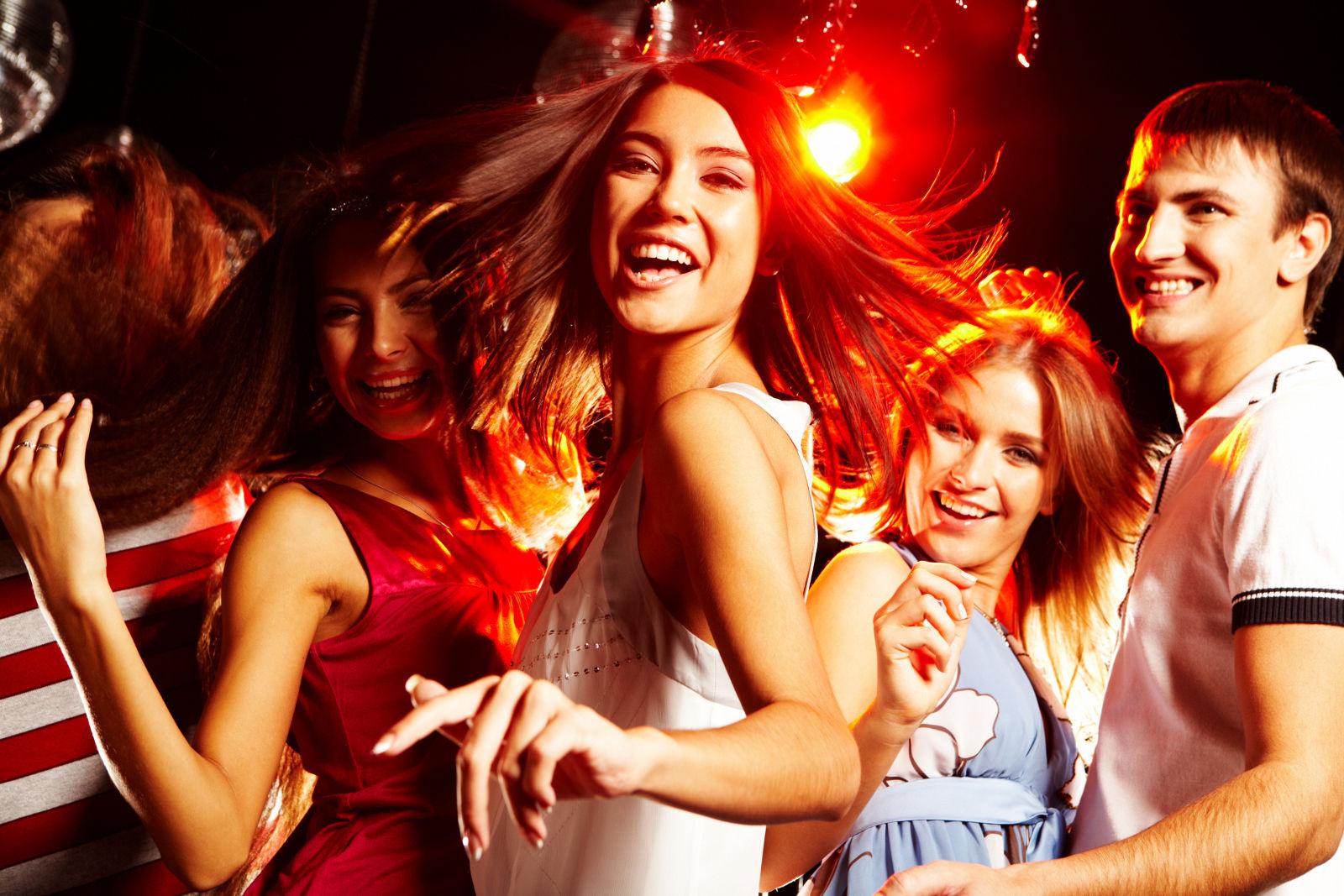 Llegas a una fiesta en casa de un amigo tuyo con otros dos amigos...