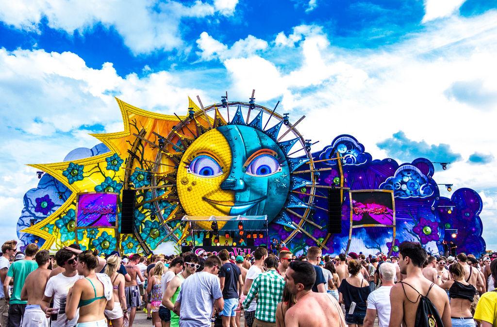 ¿Cómo se llama el lugar donde residen los visitantes de Tomorrowland?