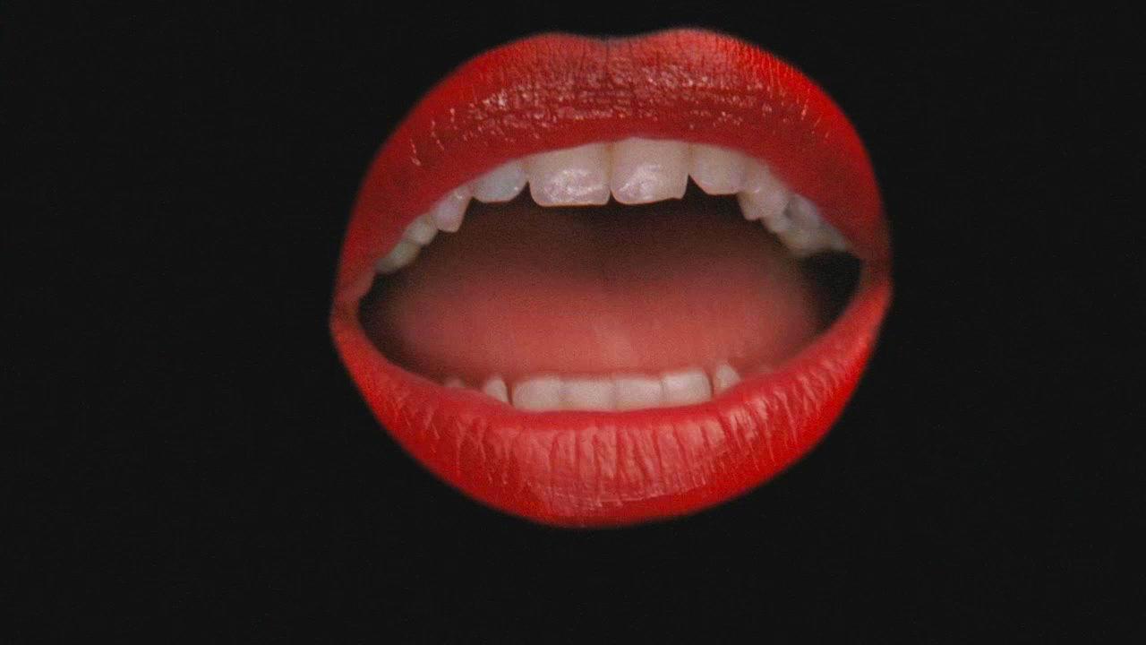¿De quién son los labios de la escena inicial del capítulo en el que interpretan