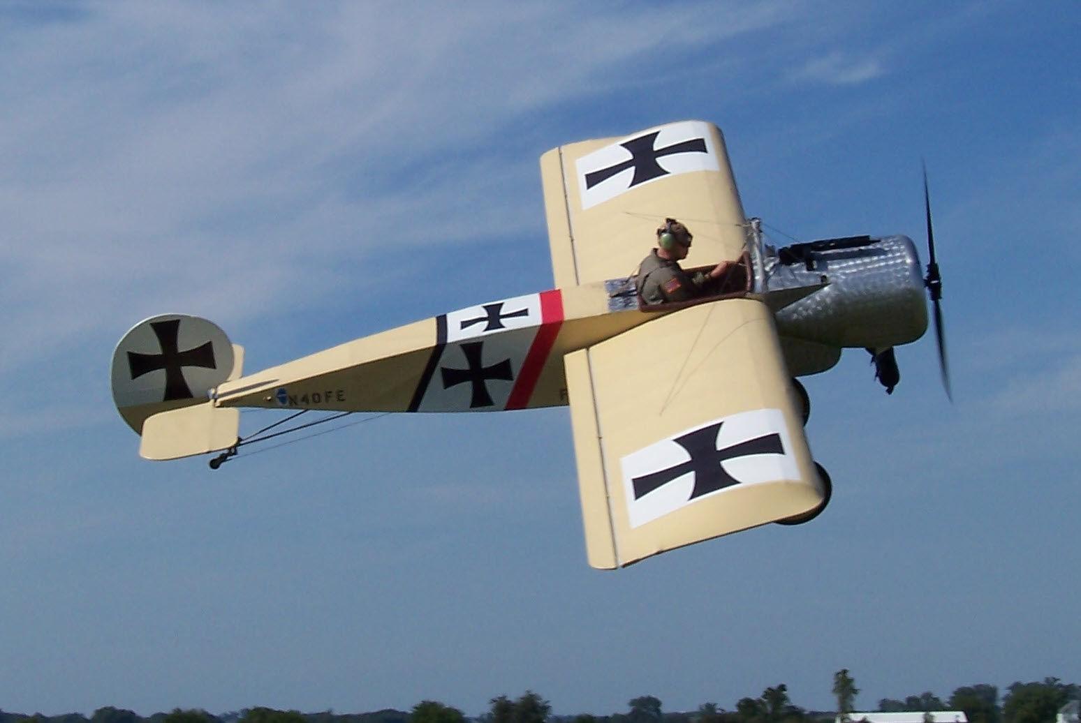 ¿ Cuál de estos aviones no disparaba a través de su hélice?