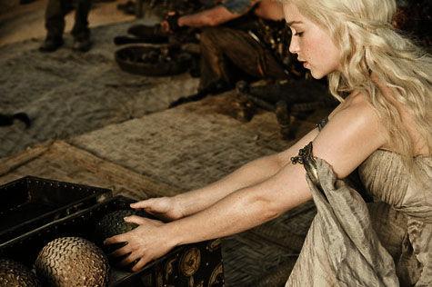 La primera fácil: ¿Donde le dan los huevos de dragón a Daenerys?